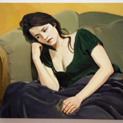 Portrait de jeune femme dans un canapé